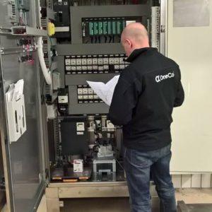 Teamleder Yoann Baud fra OneCo Elektro er i gang med programmerer de nye stengeventilene i skapet.